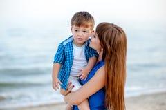 La mujer abraza a un muchacho Imagen de archivo libre de regalías