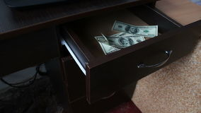 La mujer abre el cajón y hay muchas cuentas del ciento-dólar almacen de video