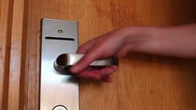 La mujer abre la puerta con la llave electrónica metrajes