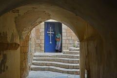 La mujer abre la puerta en la iglesia de Jesús en el ancie Foto de archivo libre de regalías