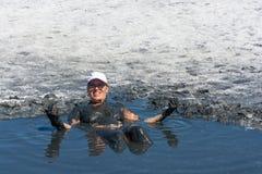 La mujer acepta los baños de fango curativos en el lago Elton Fotos de archivo libres de regalías