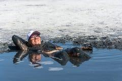 La mujer acepta los baños de fango curativos en el lago Elton Imagen de archivo