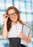 La mujer acertada corrige los vidrios imagen de archivo libre de regalías