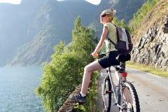 La mujer activa en la bici está teniendo rotura Fotografía de archivo libre de regalías