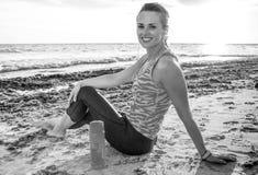 La mujer activa feliz de la aptitud en deportes adapta en la playa foto de archivo libre de regalías
