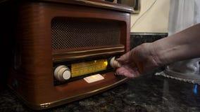 La mujer adapta las ondas de radio metrajes