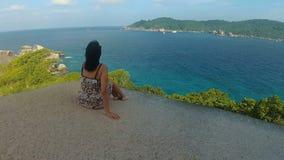 La mujer admira opiniones hermosas del mar almacen de metraje de vídeo