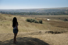 La mujer admira un paisaje imagen de archivo