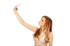 La mujer adolescente en ropa interior hace la foto de sí misma Imagen de archivo libre de regalías