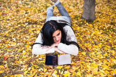 La mujer adolescente feliz se relaja en parque del otoño Árboles amarillos, tiempo de caída hermoso Fotografía de archivo