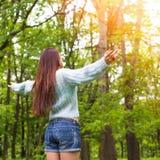 La mujer adolescente joven se relaja en parque hermoso de la primavera Imágenes de archivo libres de regalías