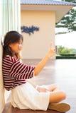 La mujer adolescente joven toma un selfie por el teléfono elegante Fotos de archivo