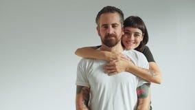 La mujer adora a su hombre aislado en blanco metrajes