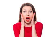 La mujer adorable con el lápiz labial rojo que se colocaba en el temor que miraba vino fotos de archivo