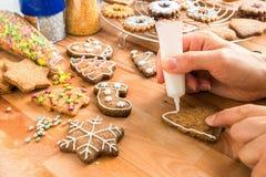 La mujer adornó la galleta hecha en casa de la Navidad foto de archivo