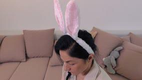 La mujer adorna los huevos de Pascua