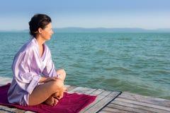 La mujer adulta disfruta de la vista del lago Balatón por la mañana Imagenes de archivo