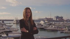 La mujer adulta feliz está admirando la opinión del puerto en día soleado almacen de video