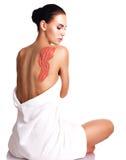 La mujer adulta hermosa cuida sobre la piel del cuerpo que usa el sc del cosmético Imágenes de archivo libres de regalías