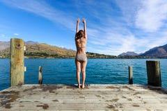 La mujer adulta joven disfruta de verano en el lago Wakatipu, Queenstown, nuevo Imágenes de archivo libres de regalías
