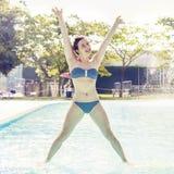 La mujer adulta joven en traje de baño hace la gimnasia Imagenes de archivo
