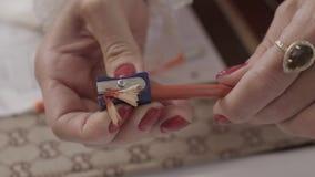 La mujer afila un lápiz almacen de video