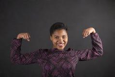 La mujer africana con intimida en fondo de la pizarra Foto de archivo libre de regalías