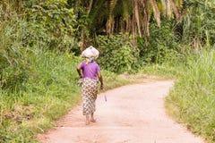La mujer africana está cuidando en la cabeza fotografía de archivo