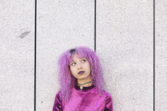 La mujer afroamericana colorida se vistió en la púrpura que miraba para arriba Foto de archivo libre de regalías