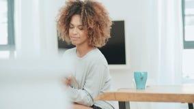 La mujer afroamericana feliz sonriente que usa la PC hace tabletas en casa metrajes