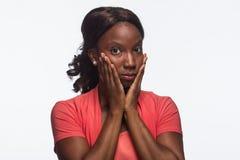 La mujer afroamericana joven guarda silenciosamente, horizontal Foto de archivo libre de regalías