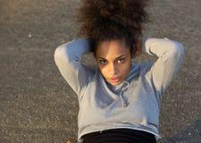 La mujer afroamericana joven que el hacer se sienta sube Fotografía de archivo