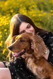 La mujer agradable en el jardín con un perro, disfruta de la vida, camina al aire libre mujer natural agradable feliz de la belle fotos de archivo