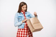 La mujer agradable en la abertura de la chaqueta del vestido y del dril de algodón del control empaqueta Foto de archivo libre de regalías