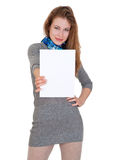 La mujer agradable sostiene la hoja de papel en blanco Fotos de archivo