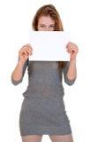 La mujer agradable sostiene la hoja de papel en blanco Fotos de archivo libres de regalías