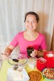 La mujer agrega la miel en plato con el azúcar Foto de archivo