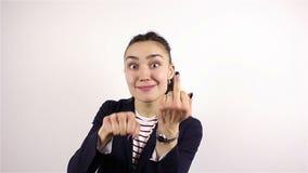 La mujer agresiva traviesa muestra el dedo medio almacen de metraje de vídeo