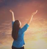 La mujer alcanza para arriba en alabanza Imagen de archivo