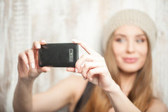 La mujer alegre del inconformista está haciendo el selfie en ella Fotos de archivo