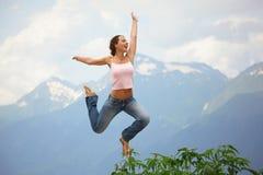 La mujer alegre hermosa está saltando. Fotografía de archivo