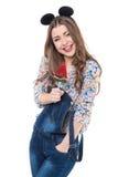 La mujer alegre joven ríe con la piruleta en las manos Foto de archivo