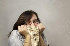 La mujer ama la ropa La mujer feliz en vidrios adora la bufanda hecha punto Imagen de archivo libre de regalías