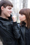 La mujer amenaza con el puño a su novio al aire libre Imagen de archivo libre de regalías