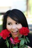 La mujer americana asiática joven del retrato al aire libre se levantó Imagenes de archivo