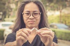La mujer analiza el cigarrillo Imagen de archivo