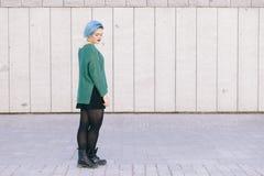La mujer andrógina adolescente en una expresión triste con el azul teñió el pelo i Imagen de archivo libre de regalías