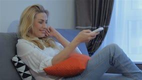 La mujer aprueba la TV de observación en casa metrajes