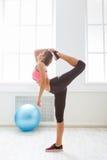 La mujer apta que hacía ejercicio de la yoga llamó a Dancer Pose foto de archivo