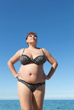 La mujer arma la presentación en jarras contra el mar Fotografía de archivo libre de regalías